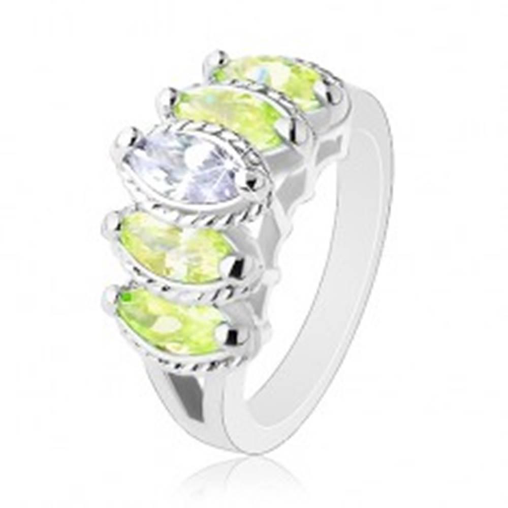 Šperky eshop Prsteň s rozdelenými ramenami, zrnkové zirkóny svetlozelenej a čírej farby - Veľkosť: 52 mm