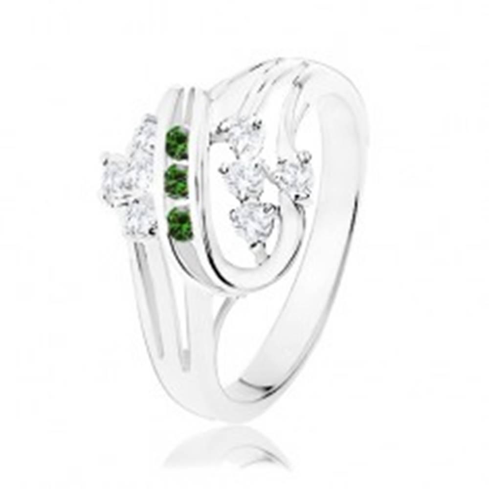 Šperky eshop Prsteň striebornej farby, stočené línie zdobené čírymi a zelenými zirkónmi - Veľkosť: 51 mm