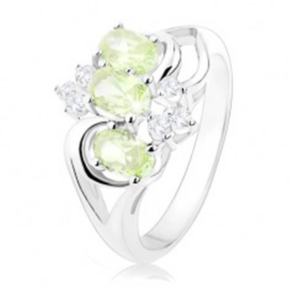 Šperky eshop Prsteň v striebornom odtieni, rozdelené ramená, zelené ovály, číre zirkóniky - Veľkosť: 48 mm