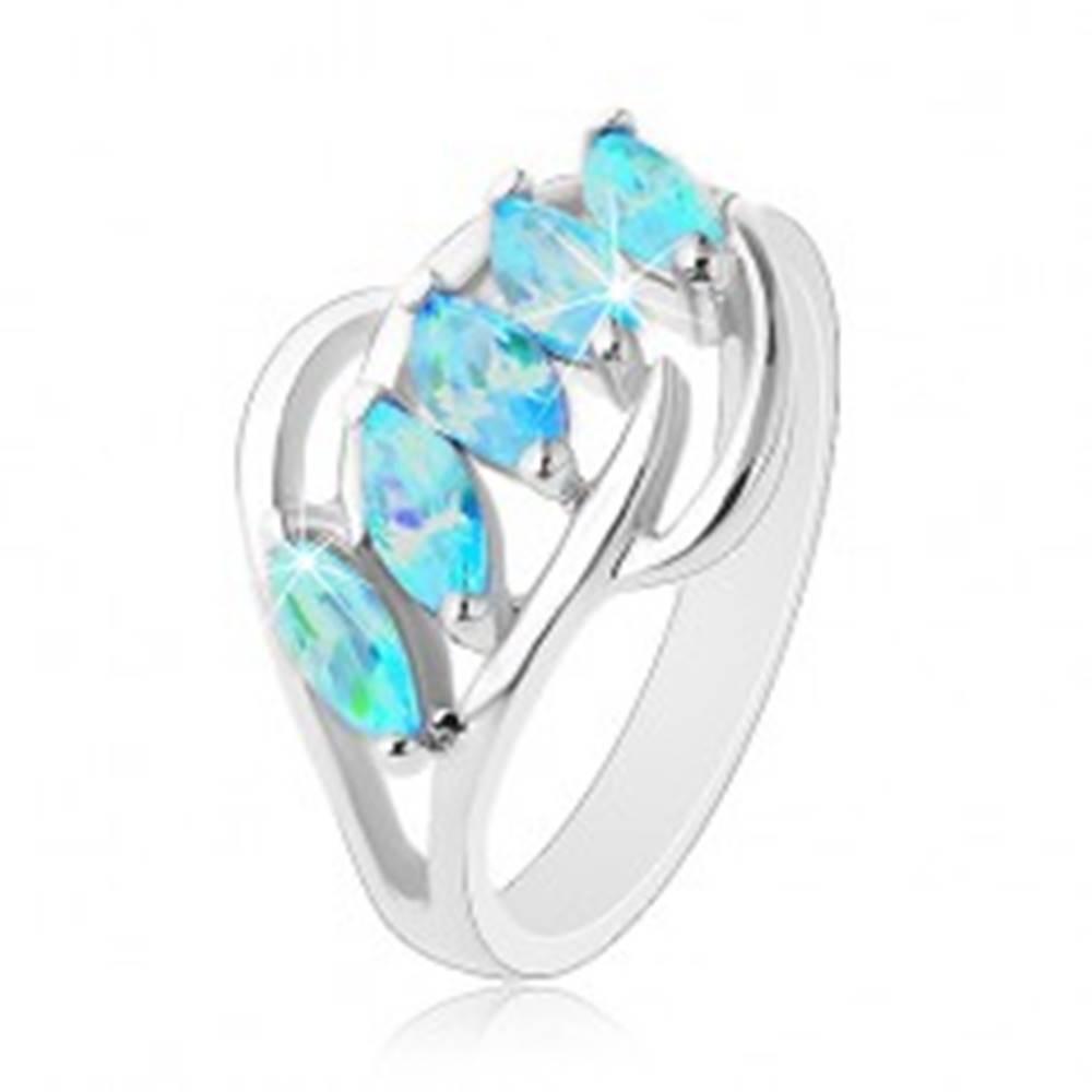 Šperky eshop Prsteň v striebornom odtieni, zrnká akvamarínovej farby, lesklé oblúčiky - Veľkosť: 50 mm