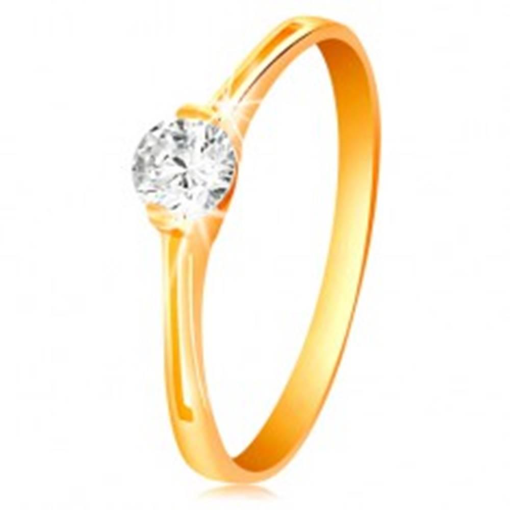 Šperky eshop Prsteň v žltom zlate 585 - žiarivý číry zirkón v lesklom kotlíku, výrezy - Veľkosť: 50 mm