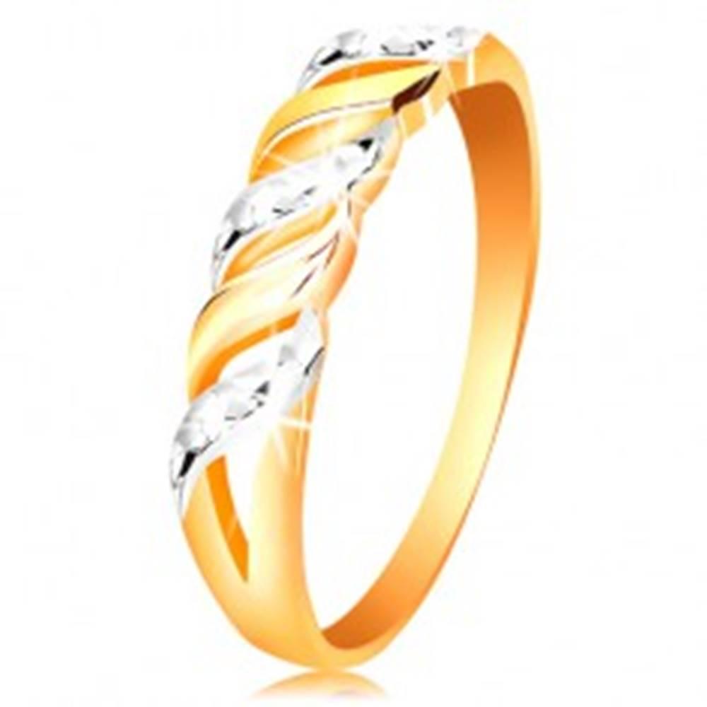 Šperky eshop Prsteň zo zlata 585 - vlnky z bieleho a žltého zlata, ligotavé zárezy - Veľkosť: 50 mm