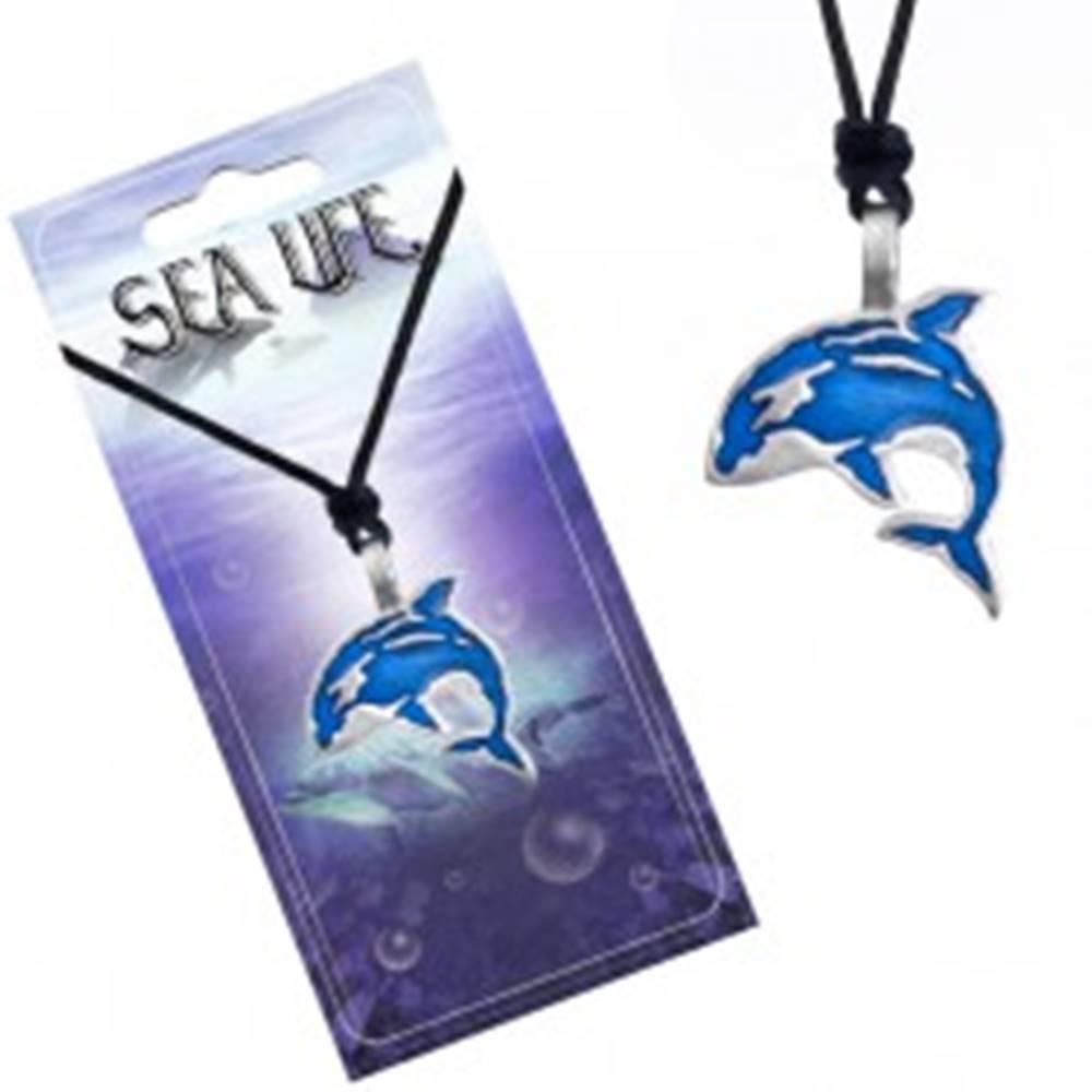 Šperky eshop Šnúrkový náhrdelník, čierny, kovový prívesok modrej kosatky