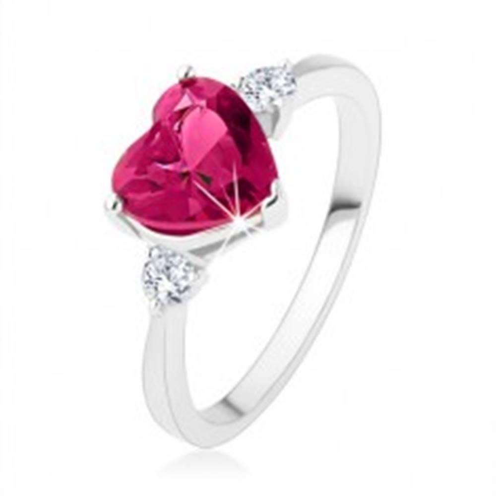 Šperky eshop Zásnubný prsteň - ružové zirkónové srdce, dva číre kamienky, striebro 925 - Veľkosť: 49 mm