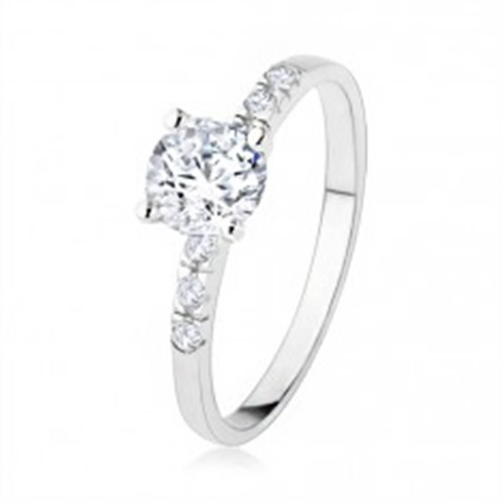 Šperky eshop Zásnubný strieborný prsteň 925, číry zirkón, trblietavé kamienky, vrúbkovanie - Veľkosť: 50 mm
