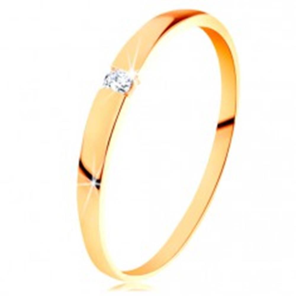 Šperky eshop Zlatý 14K prsteň - ligotavý zirkón čírej farby, hladké vypuklé ramená - Veľkosť: 49 mm