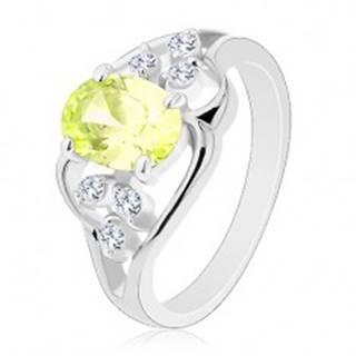 Prsteň v striebornej farbe, asymetrické línie, svetlozelený ovál, číre zirkóniky - Veľkosť: 50 mm