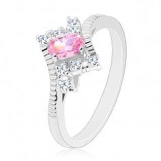Prsteň v striebornom odtieni s vrúbkovanými ramenami, ružový ovál, číre zirkóny - Veľkosť: 52 mm