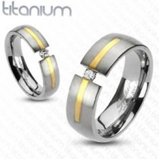 Titánový prsteň striebornej farby - prúžok zlatej farby, zirkón - Veľkosť: 49 mm