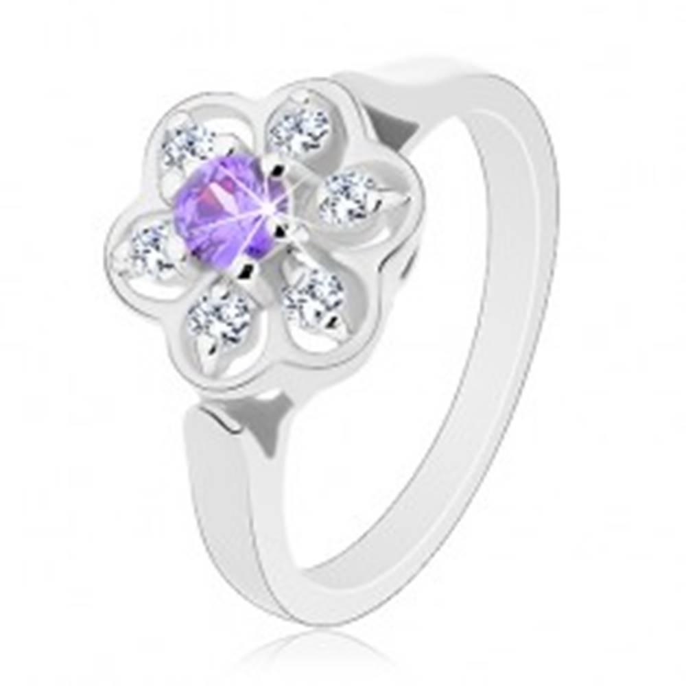 Šperky eshop Ligotavý prsteň v striebornom odtieni, fialovo-číry zirkónový kvietok - Veľkosť: 56 mm