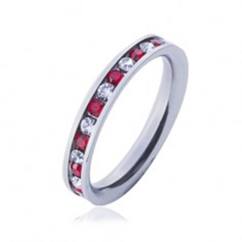 Šperky eshop Oceľový prsteň - obrúčka, striedajúce sa číre a červené zirkóny - Veľkosť: 49 mm