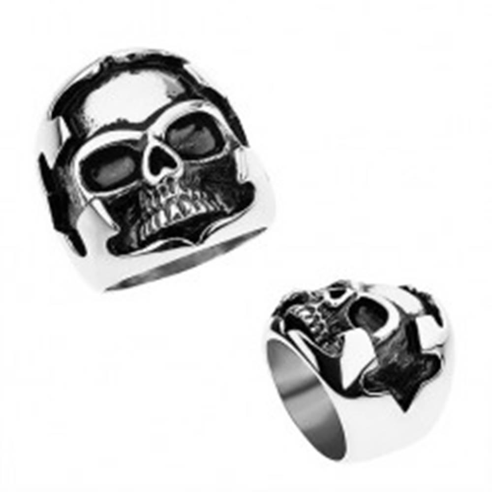 Šperky eshop Patinovaný prsteň z chirurgickej ocele, vyrezávaný kríž, lebka - Veľkosť: 56 mm