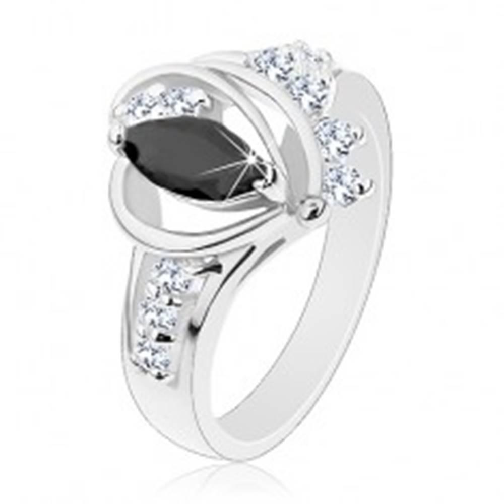 Šperky eshop Prsteň striebornej farby, čierne zirkónové zrnko, lesklé oblúky, číre zirkóniky - Veľkosť: 49 mm