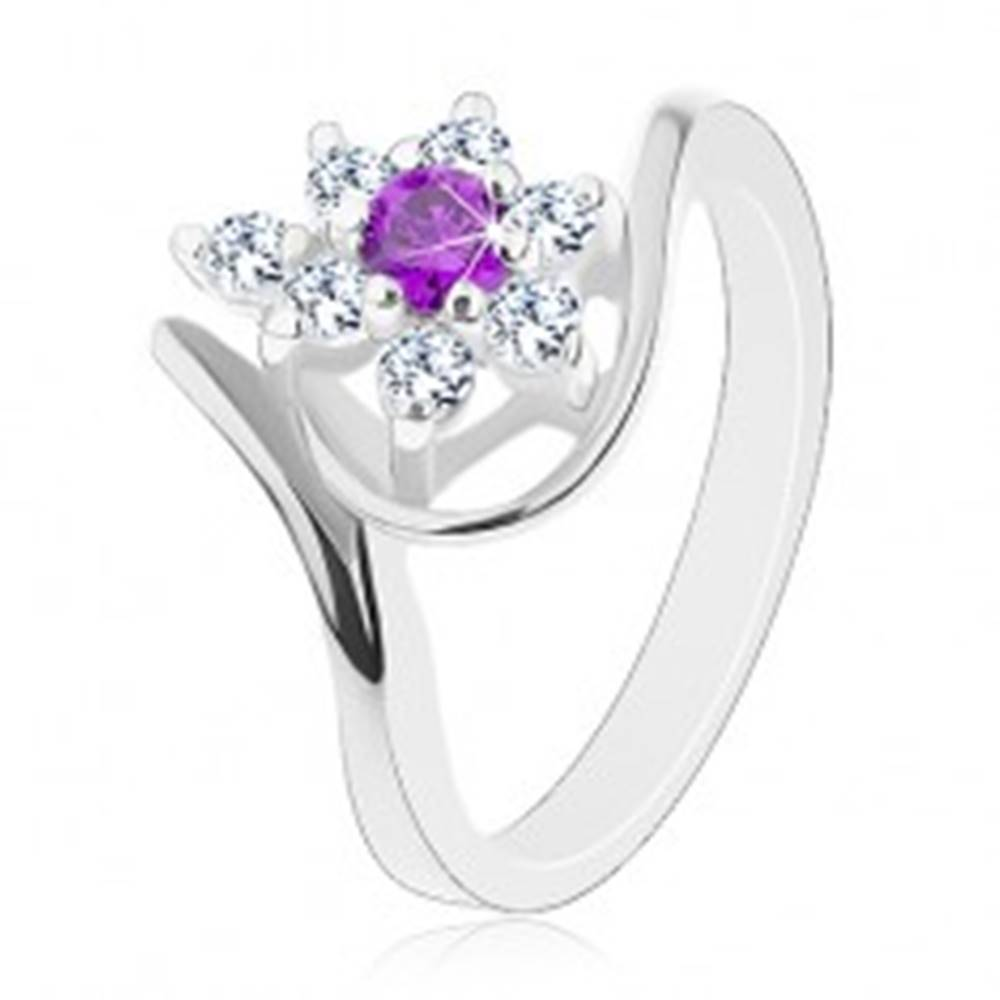 Šperky eshop Prsteň v striebornej farbe, asymetrické ramená, fialovo-číry zirkónový kvet - Veľkosť: 49 mm