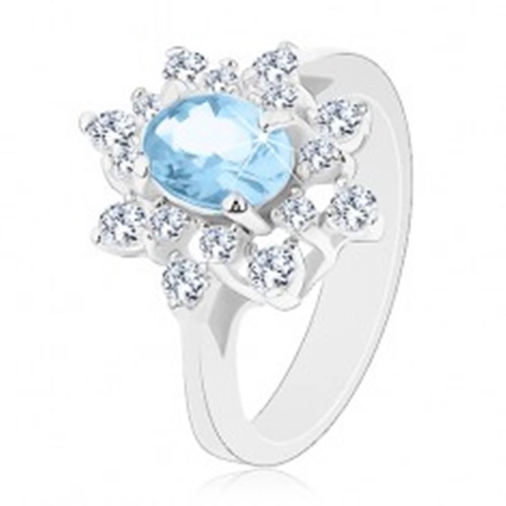 Šperky eshop Prsteň v striebornej farbe, svetlomodrý oválny zirkón, číre zirkónové lupene - Veľkosť: 48 mm