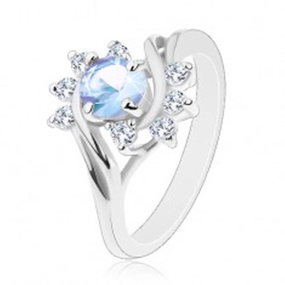 Šperky eshop Prsteň v striebornom odtieni, okrúhly svetlomodrý zirkón, ligotavé číre oblúky - Veľkosť: 49 mm