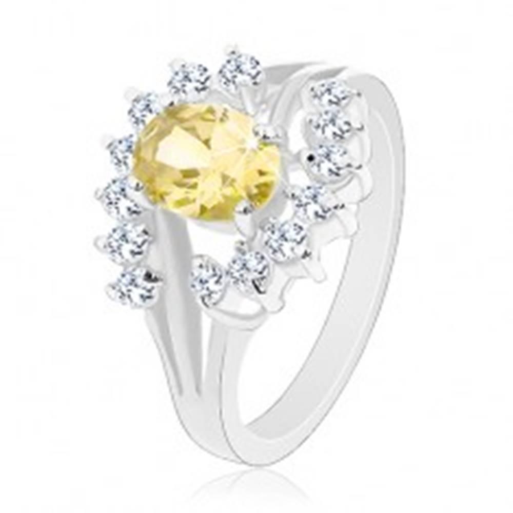 Šperky eshop Prsteň v striebornom odtieni, zirkónový ovál žltej farby, číre oblúčiky - Veľkosť: 49 mm