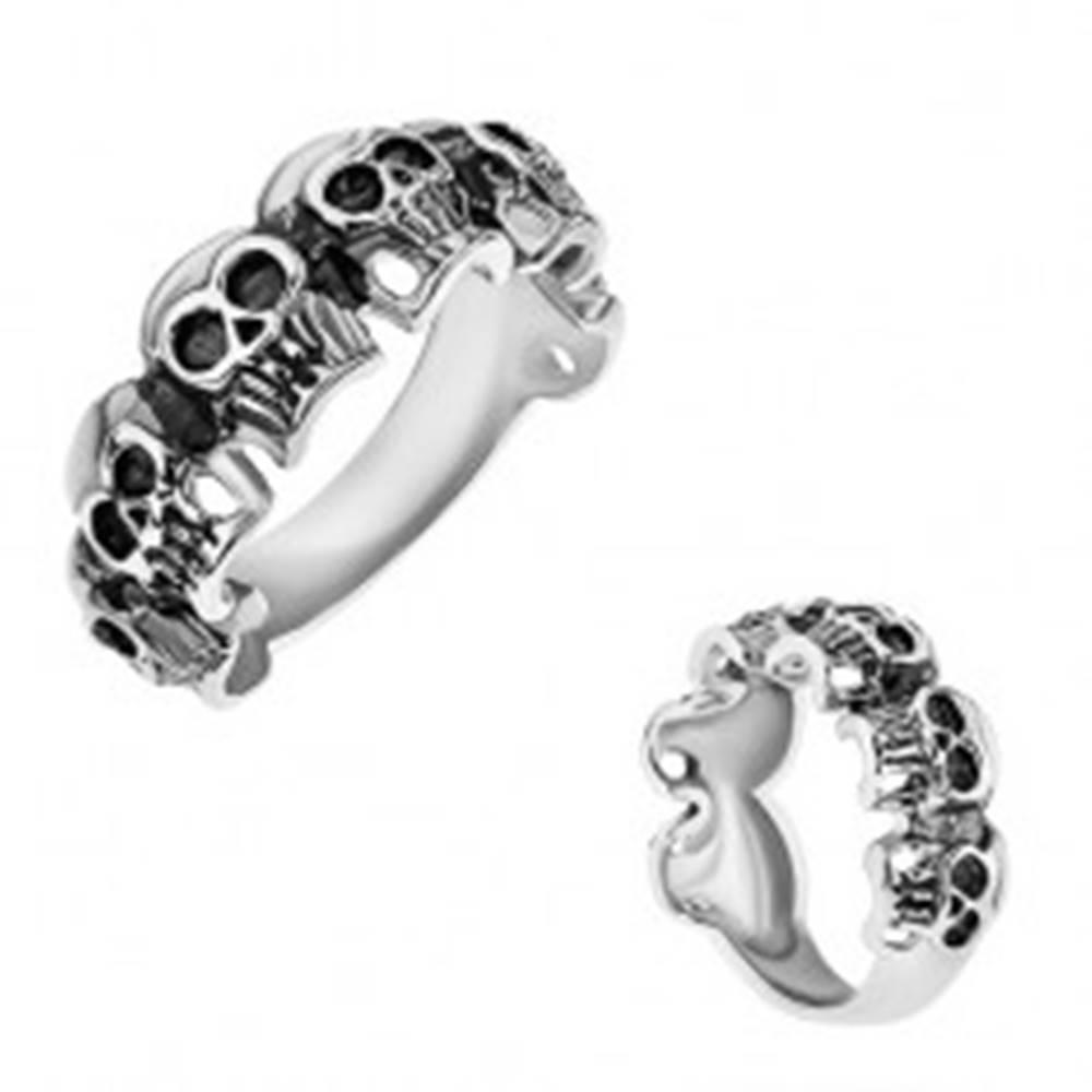 Šperky eshop Prsteň z chirurgickej ocele, malé patinované lebky, strieborná farba - Veľkosť: 57 mm