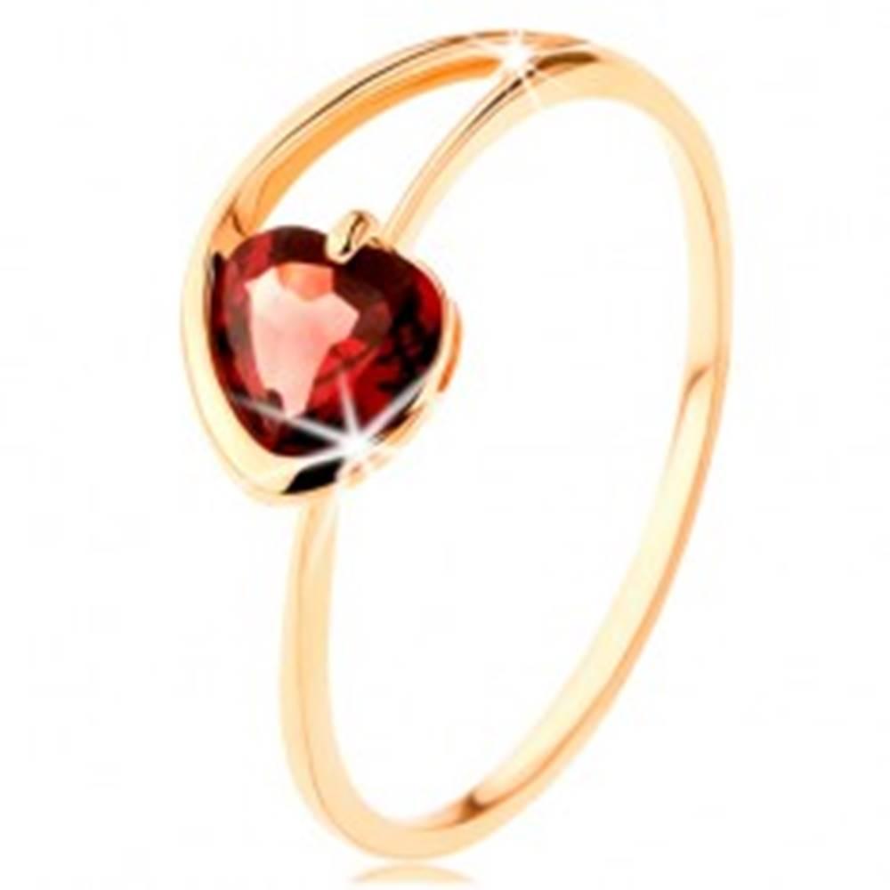 Šperky eshop Prsteň zo žltého 14K zlata - červené granátové srdiečko, asymetrické ramená - Veľkosť: 50 mm