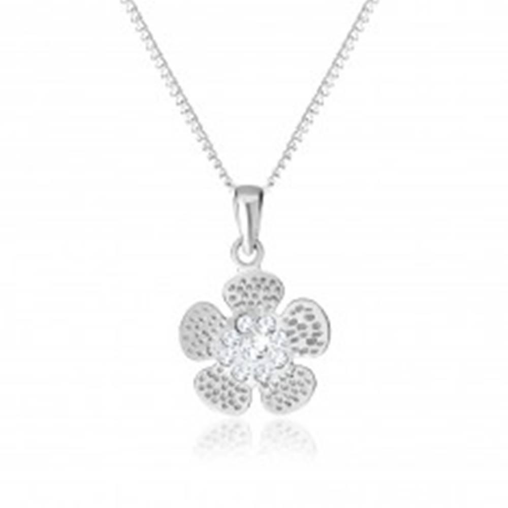 Šperky eshop Strieborný 925 náhrdelník, gravírovaný kvietok, stred vykladaný čírymi zirkónikmi