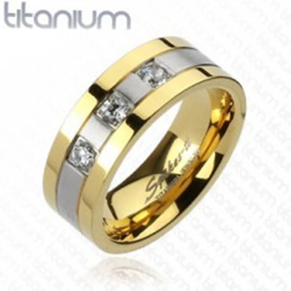 Šperky eshop Titánový prsteň - zlato-striebornej farby, tri zirkóny - Veľkosť: 59 mm