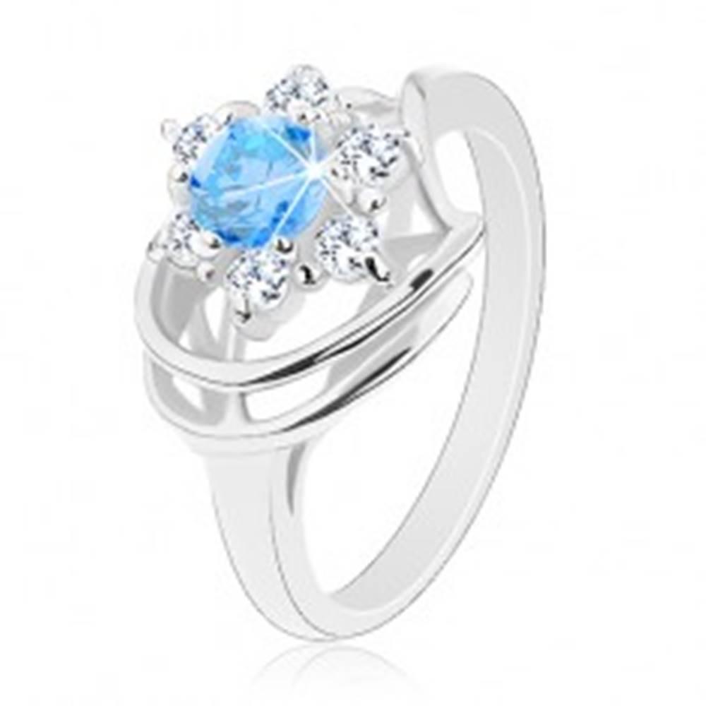 Šperky eshop Trblietavý prsteň, modro-číry zirkónový kvietok, lesklé oblúky - Veľkosť: 49 mm