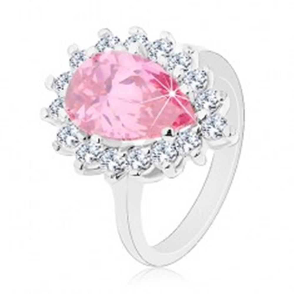 Šperky eshop Trblietavý prsteň s úzkymi ramenami, ružová zirkónová slza, okrúhle zirkóniky - Veľkosť: 49 mm