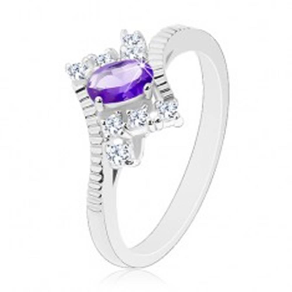Šperky eshop Trblietavý prsteň v striebornom odtieni, fialový ovál, číre zirkóny - Veľkosť: 49 mm