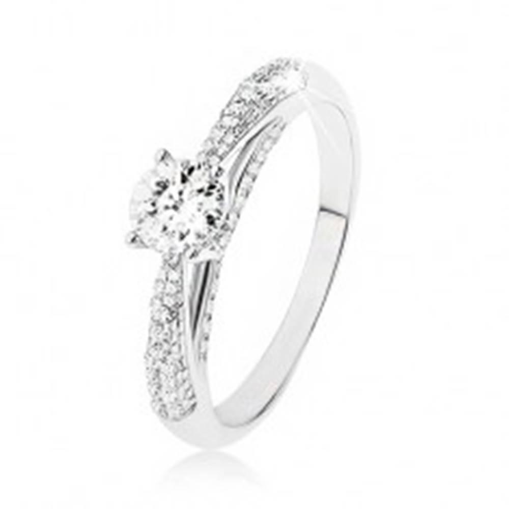 Šperky eshop Trblietavý strieborný prsteň 925, číry kamienok, zdobené bočné strany prsteňa - Veľkosť: 48 mm