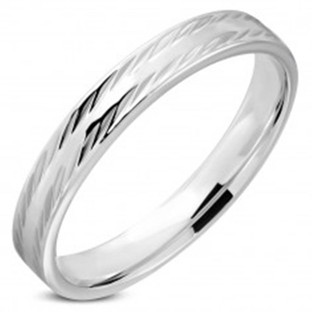 Šperky eshop Obrúčka striebornej farby z chirurgickej ocele - zošikmené zrniečkové zárezy, 4 mm - Veľkosť: 54 mm