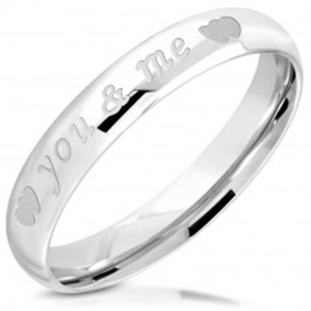 """Šperky eshop Lesklá obrúčka z ocele 316L - nápis """"you & me"""", dvojica symetrických srdiečok, 3,5 mm - Veľkosť: 47 mm"""