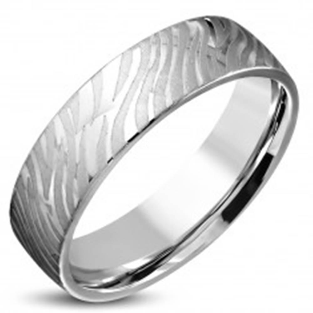 Šperky eshop Lesklý oceľový prsteň striebornej farby - matný motív zebry, 6 mm - Veľkosť: 52 mm