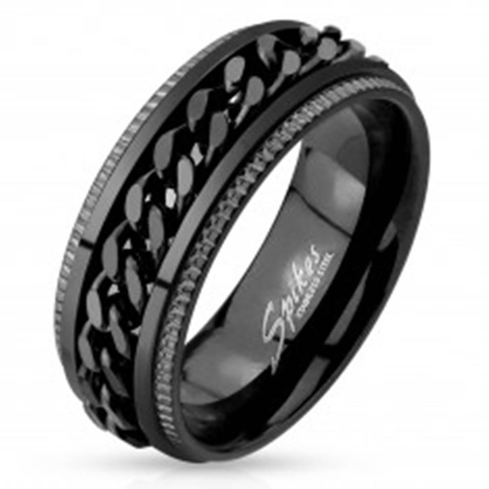Šperky eshop Oceľový prsteň, čierna farba, vrúbkované okraje, retiazka v strede - Veľkosť: 59 mm