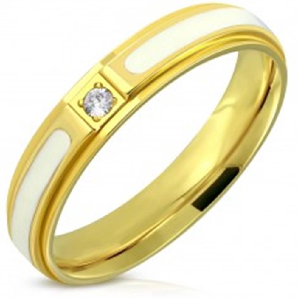Šperky eshop Oceľový prsteň - lesklý povrch zlatej farby, biela glazúra a zirkón, 4 mm - Veľkosť: 47 mm