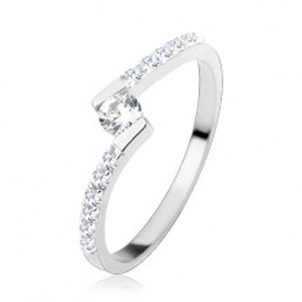 Šperky eshop Strieborný prsteň 925, okrúhly číry zirkón medzi zahnutými koncami ramien - Veľkosť: 49 mm