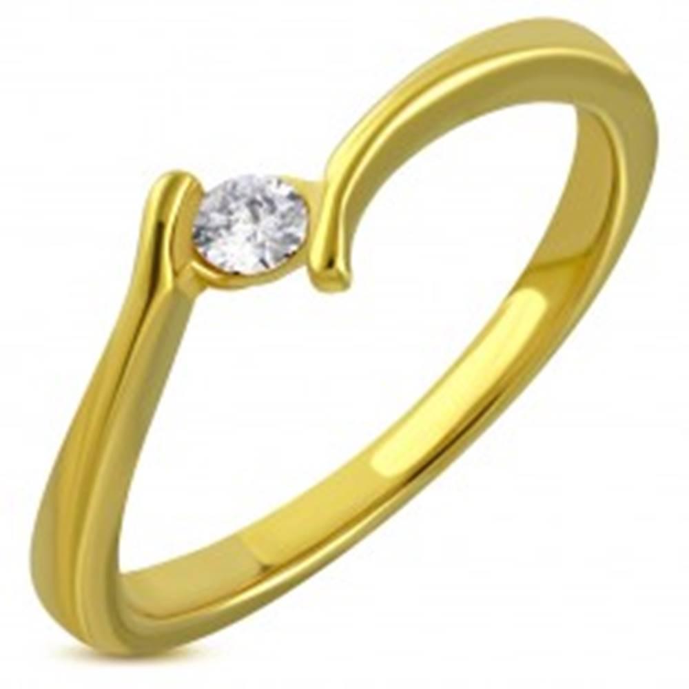 Šperky eshop Prsteň zlatej farby z chirurgickej ocele - zahnuté ramená, trblietavý zirkón - Veľkosť: 49 mm