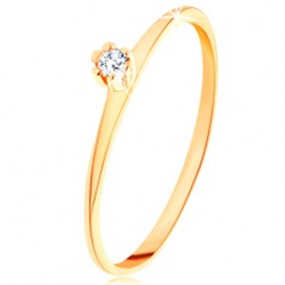 Šperky eshop Prsteň v žltom 14K zlate - okrúhly číry diamant, tenké skosené ramená - Veľkosť: 49 mm
