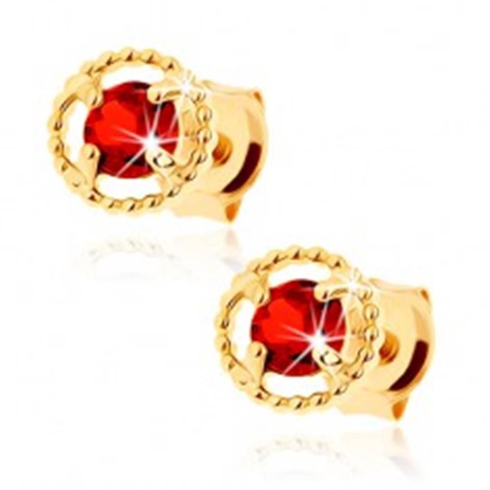Šperky eshop Náušnice zo žltého 9K zlata - vrúbkovaná kontúra kruhu, červený granát