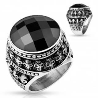 Patinovaný oceľový prsteň, čierny brúsený kameň, obrys z malých lebiek - Veľkosť: 59 mm