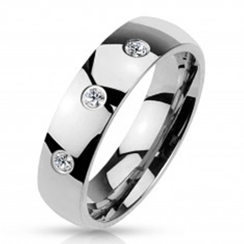 Šperky eshop Obrúčka striebornej farby z ocele 316L, lesklý hladký povrch, tri zirkóny, 4 mm - Veľkosť: 49 mm
