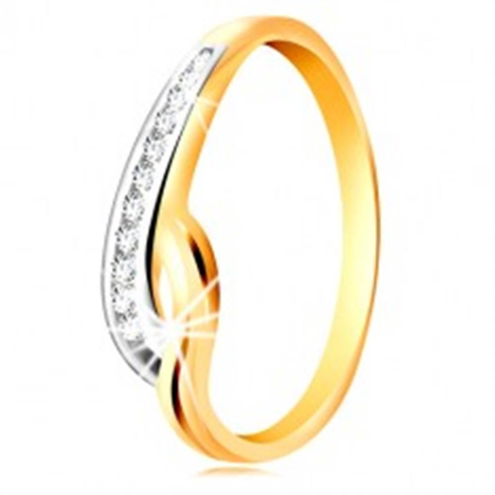 Šperky eshop Prsteň v 14K zlate - dvojfarebné zvlnené ramená, línia čírych zirkónov a zárez - Veľkosť: 49 mm