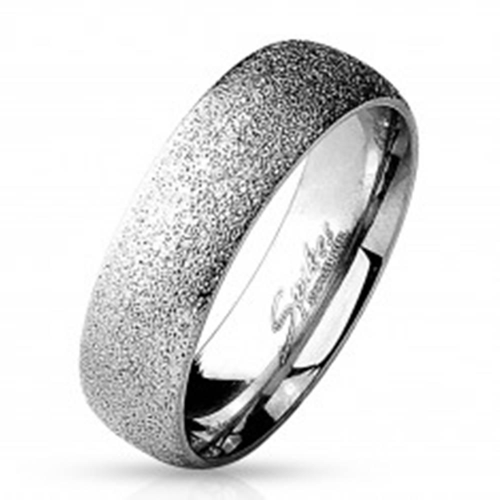 Šperky eshop Prsteň z chirurgickej ocele s pieskovaným povrchom, strieborná farba, 6 mm - Veľkosť: 49 mm