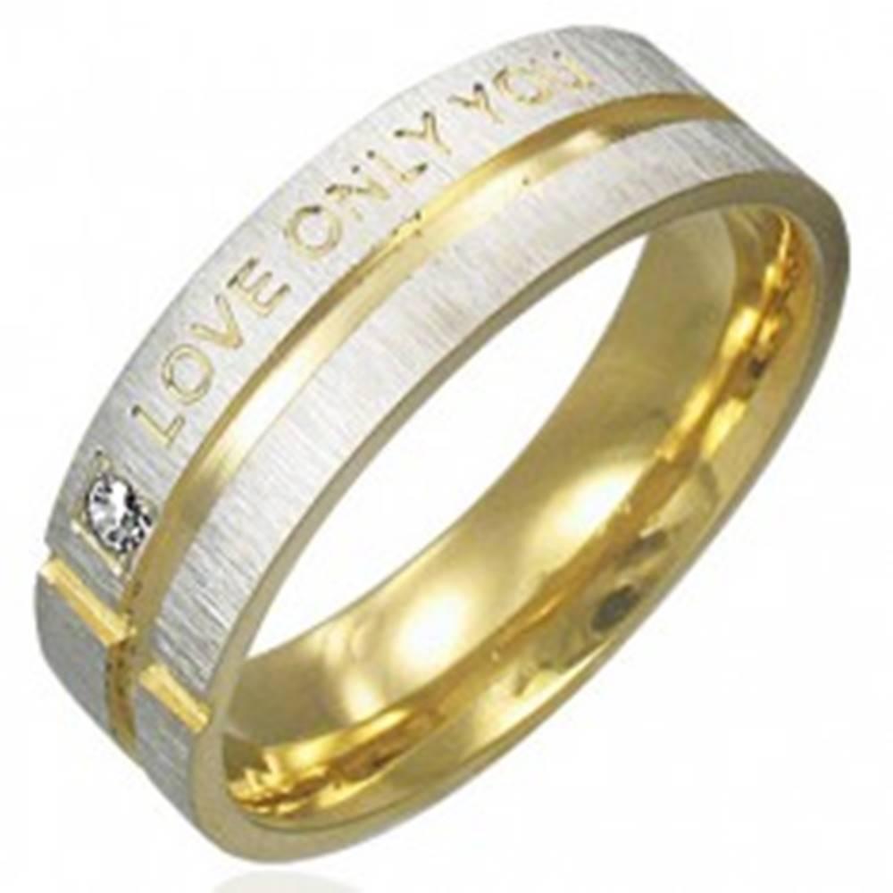 Šperky eshop Prsteň z chirurgickej ocele - striebornej farby s pásmi zlatej farby, vyznanie lásky - Veľkosť: 49 mm
