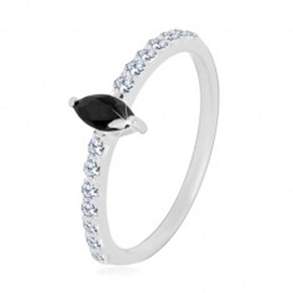 Šperky eshop Strieborný 925 prsteň - úzke ramená, zirkónové zrnko čiernej farby, číre zirkóniky - Veľkosť: 49 mm