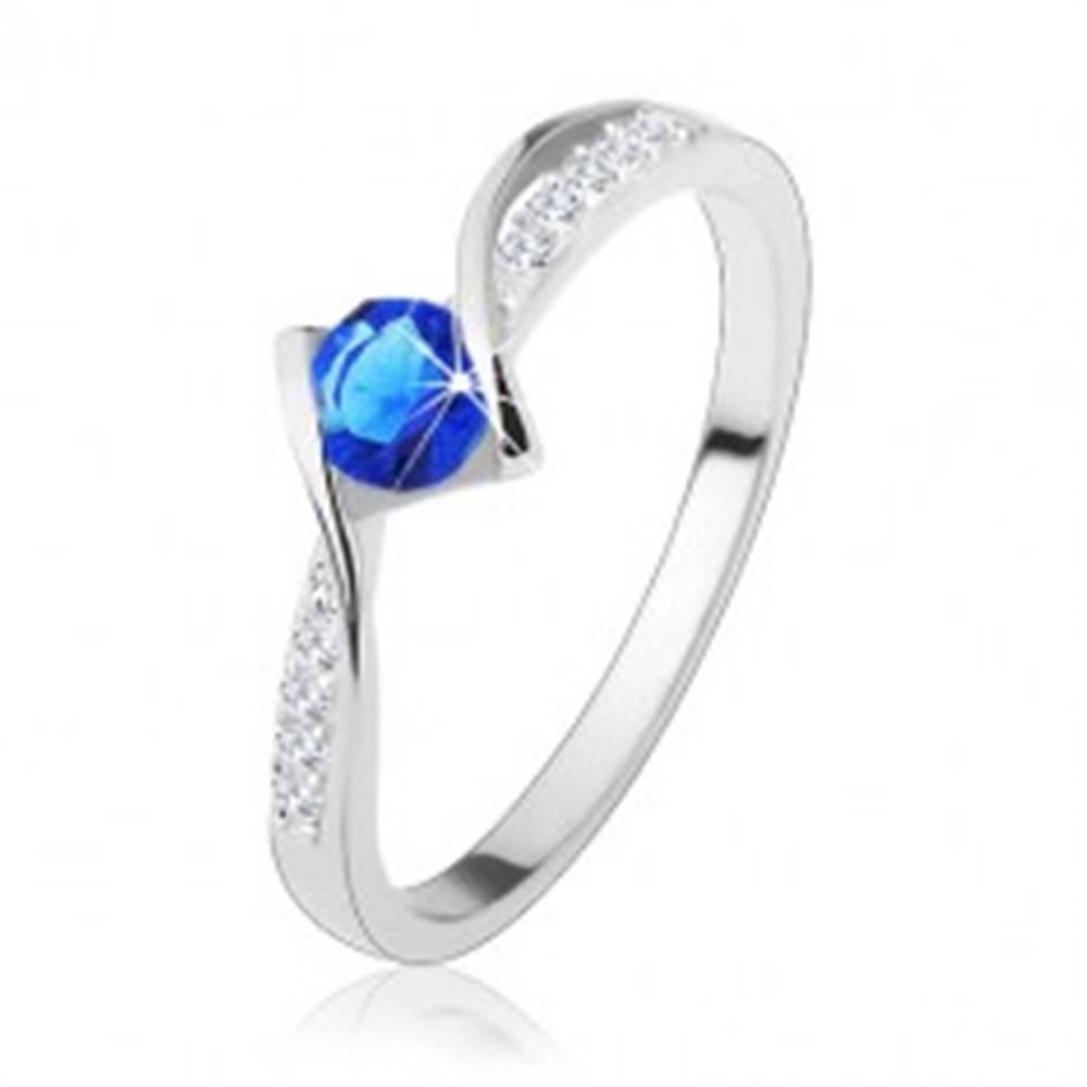 Šperky eshop Prsteň zo striebra 925 - zvlnené línie, modrý zirkón, číre zirkónové pásiky - Veľkosť: 50 mm