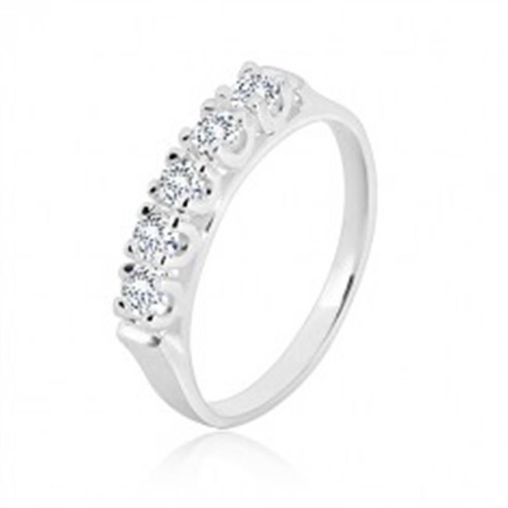 Šperky eshop Strieborný prsteň 925 - úzke lesklé ramená, päť ligotavých zirkónov v kotlíku - Veľkosť: 49 mm