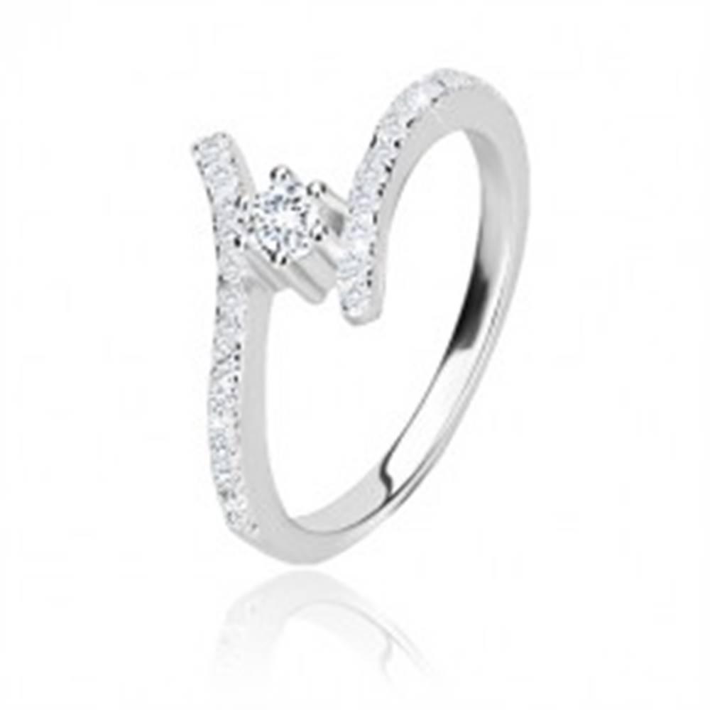 Šperky eshop Strieborný prsteň 925 - ligotavé zahnuté ramená, číry okrúhly zirkón v kotlíku - Veľkosť: 57 mm