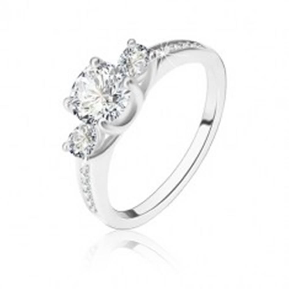 Šperky eshop Strieborný prsteň 925 - okrúhly zirkón, dve zirkónové slzičky, ramená so zirkónikmi - Veľkosť: 52 mm