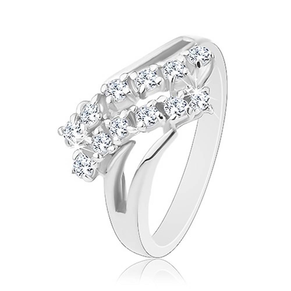 Šperky eshop Ligotavý prsteň, strieborná farba, rozdvojené ramená, dve zirkónové línie - Veľkosť: 51 mm, Farba: Číra - fialová