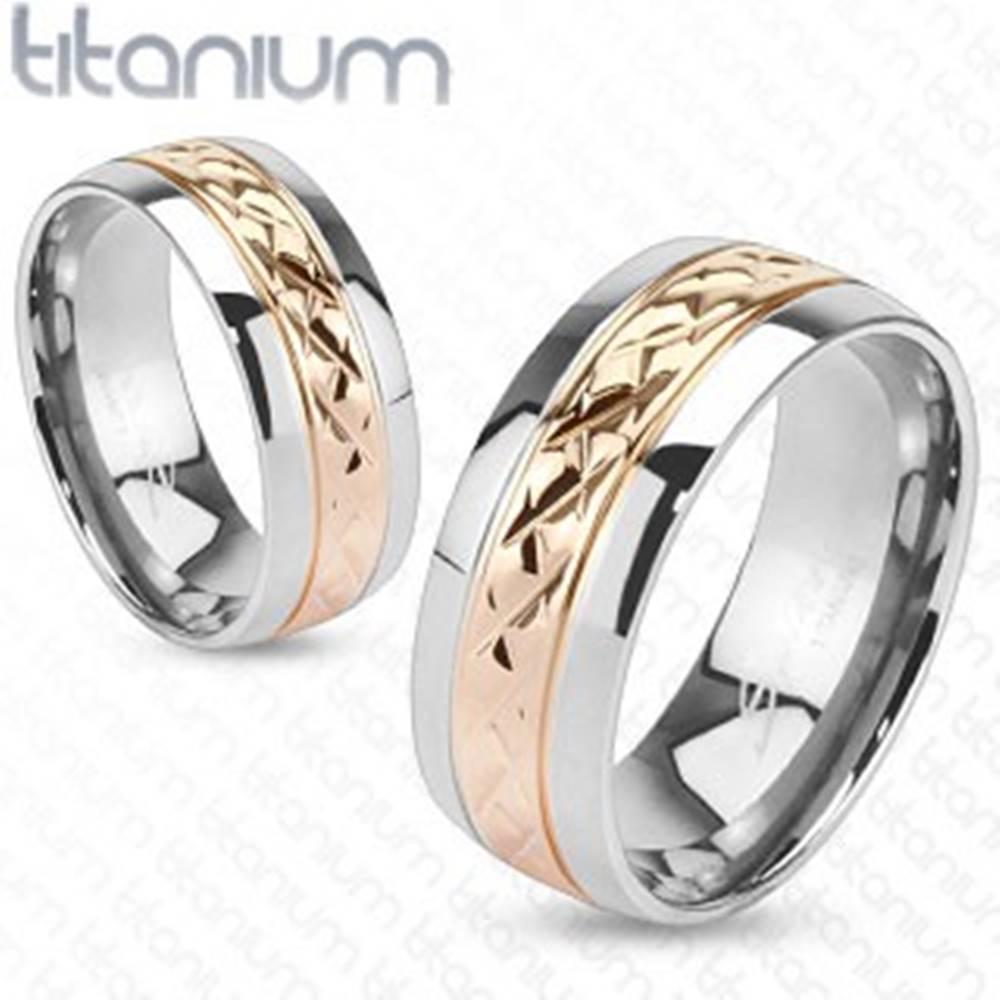 Šperky eshop Obrúčka z titánu - pás s vrúbkovaním zlatoružovej farby - Veľkosť: 49 mm